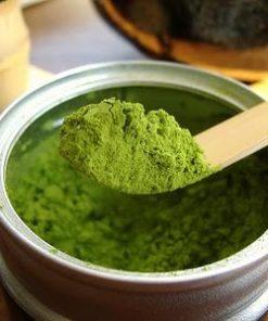 Parmi les différentes couleurs de thé, le thé vert est celui qui posséderait le plus de vertus thérapeutique. Il contient de la caféine, de nombreuses substances antioxydantes, mais aussi une ingrédient actif appelé théanine. Il aurait un effet relaxant sur le système nerveux et stimulant sur le système immunitaire. L'usage du thé vert permettrait d'aider à réduire le taux de cholestérol, de maintenir une bonne mémoire et de l'attention ou encore de favoriser la circulation sanguine.